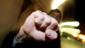 87-Jähriger von Räuber ins Gesicht geschlagen – Not-OP!