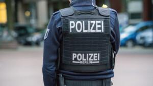 Mann (29) in seiner Wohnung von drei Räubern überfallen und verprügelt