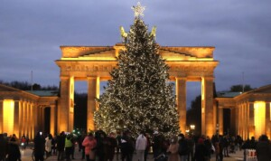 Helden-Tanne am Brandenburger Tor leuchtet!