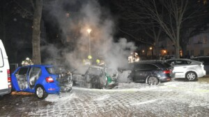 Feuerwerksbatterie löst Kettenreaktion aus – drei Autos in Neukölln ausgebrannt