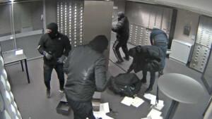 Schmuck und Geld gestohlen – Wer hat Hinweise zu diesen Bankräubern?