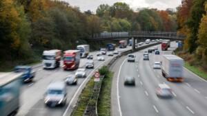 Betrunkener Lastwagenfahrer parkt für Nickerchen direkt auf der Autobahn