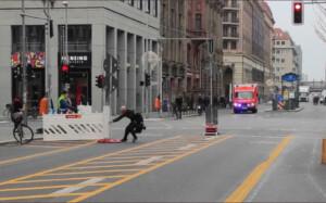 Fahrradhasser (54) zieht  Absperrung vor fahrenden Rettungswagen mit Blaulicht