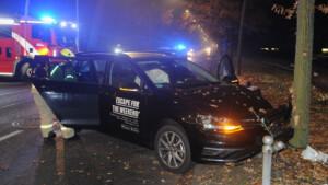 Mietwagen-Fahrer kracht in Alt-Treptow gegen Baum und flüchtet