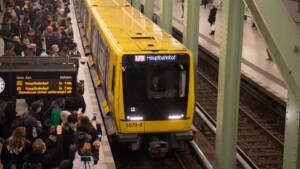 Riesiger Andrang für Berlins neue U-Bahn-Strecke