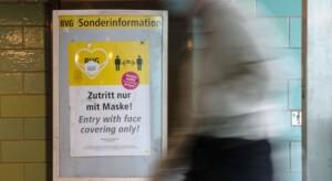 Renitente Masken-Gegnerin beleidigt Polizisten rassistisch