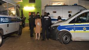 Verstöße gegen Corona-Regeln! Polizei sprengt Karaoke-Party in Lichtenberg