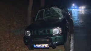 Geländewagen schlingert über spiegelglatte Straße gegen Baum