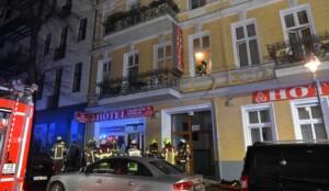 Bewohner springen aus brennendem Hotelzimmer in Neukölln