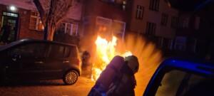Mehrere Autos an verschiedenen Orten in Neukölln in Flammen